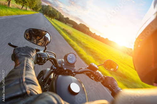 Photo  Driver riding motorcycle on an asphalt road