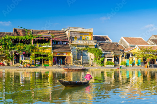 Photo  Woman crossing a river on a boat in Hoi An during mid day