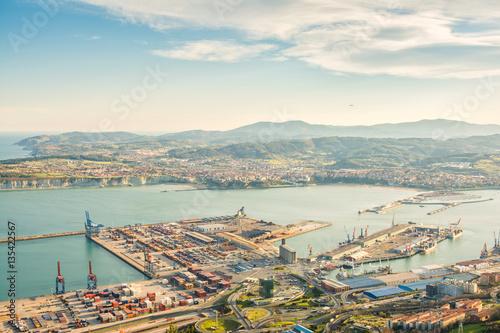 Plakat widoki do portu przemysłowego Bilbao w biscay, hiszpania