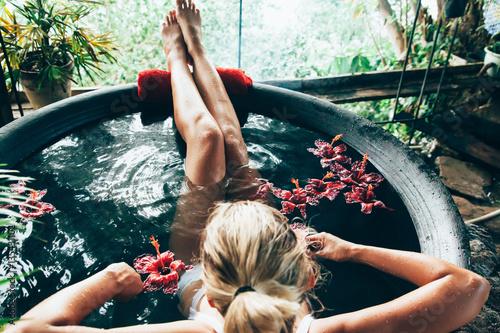Fotografía  Woman relaxing in outdoor spa bath