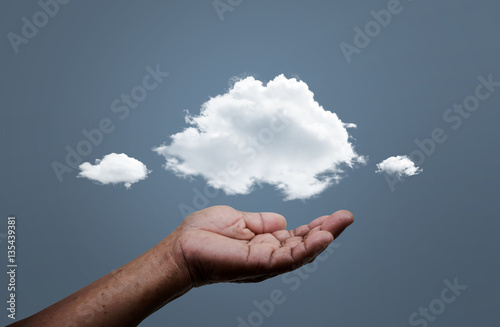 Foto  Hand offer the cloud for concept world wide data sharing and communication