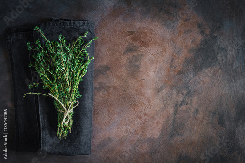 Fotografía  Thyme tied on a rusty background with copy space