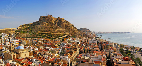 Foto Alicante city and Castillo de Santa Barbara in sunny day, Spain