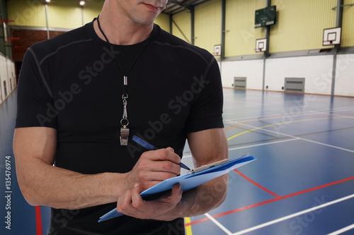 Plakat Koszykówka, handball trener z treningu planu zakończeniem up na koszykówki polu. Team sport, fitness i zdrowego stylu życia koncepcji.