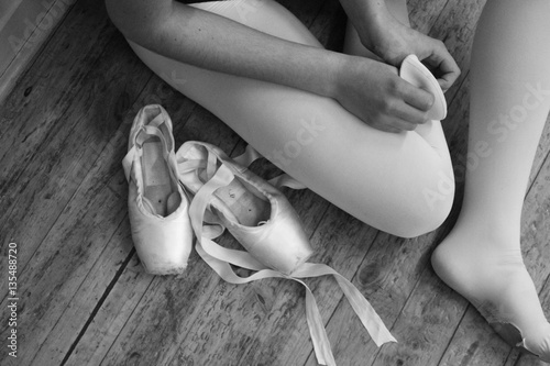 Photo a ballerina putting on her pointe shoes