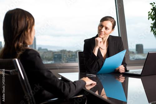 Fotografía  Human resources manager spricht mit Kandidatin