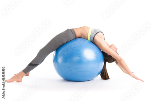 Photo  Beautiful fitness woman doing pilates exercises with fit ball