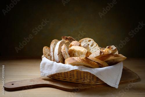kosz-roznych-kromek-chleba-na-desce