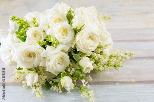 Fotografie, Obraz  bouquet of white roses on a table
