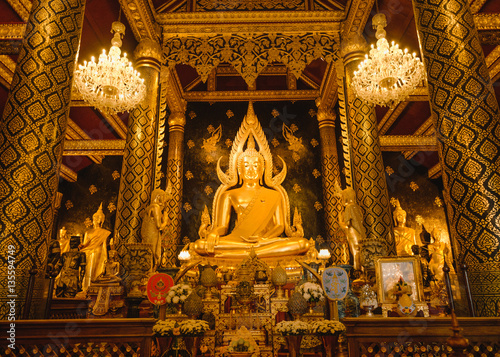 Photo Gold sculpture of the Buddha statue, known as Phra Phuttha Chinnarat at Wat Phra Sri Rattana Mahathat temple and most beautiful buddha in Thailand