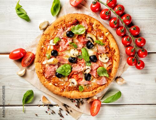 Zdjęcie XXL Pizza ze składnikami podawanymi na drewnie