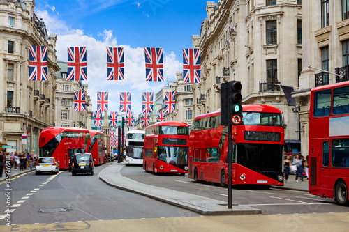 Tuinposter Londen rode bus London Regent Street W1 Westminster in UK