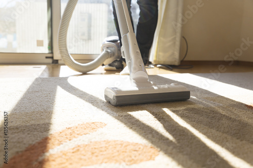 Fotografia 掃除機 主婦 室内 リビング 逆光 窓 カーペーット ハウスクリーニング 家事代行 汎用