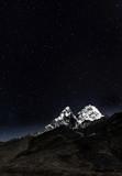 Widok Ama Dablam w świetle księżyca - Nepal, Himalaje - 135630906