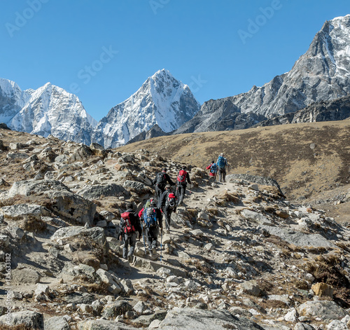 A group of mountaineers on the path between the Gorak Shep village and Lobuche - Canvas-taulu