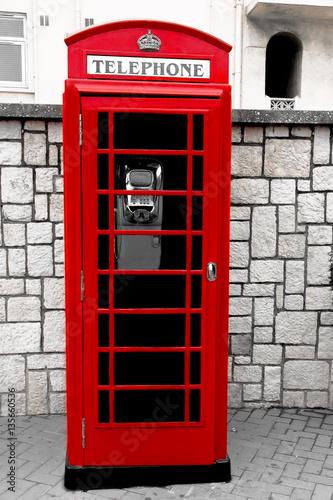 klasyczna-angielska-budka-telefoniczna-na-ulicy-miasta-kolor-w-czerni-i-bieli