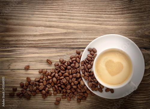 filizanka-kawy-z-rysunkiem-serca-i-ziaren-kawy