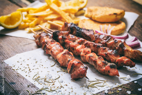 Fotografía  Meat skewers on a wooden background