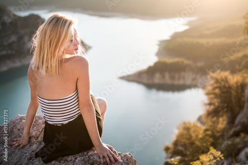 Chica rubia en soledad en las montañas