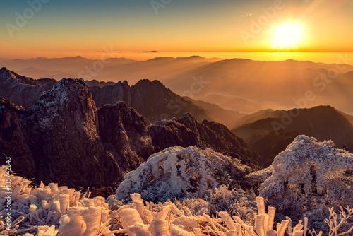 Foto op Plexiglas Chocoladebruin Winter sunrise landscape in Huangshan National park.