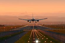 夕陽に向って着陸する...