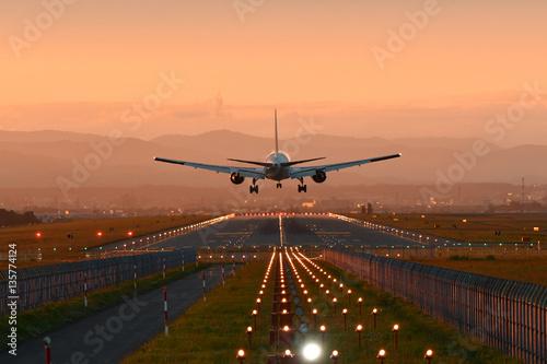 夕陽に向って着陸する飛行機 Wallpaper Mural