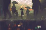 mężczyzna z bukietem kwiatów, trzymając parasol stojący samotnie w tłumie ludzi przechodzących przez ulicę w deszczową noc, malowanie ilustracji - 135778758
