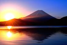 本栖湖からの日の出の...