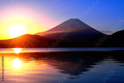 Fotografie, Obraz  本栖湖からの日の出の太陽と逆さ富士山