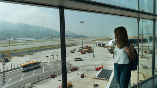 Poster Aeroport Girl at the airport window