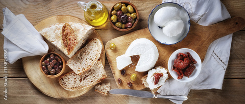 Poster Produit laitier Italian snack, ricotta and scamorza with bread, dried tomatoes, olives and extra virgin olive oil