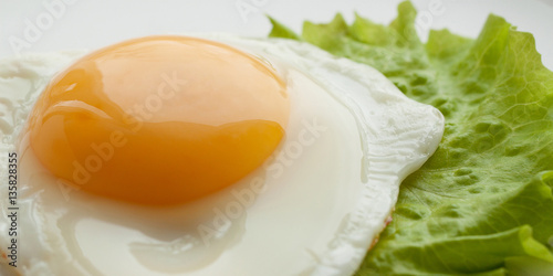 Foto op Plexiglas Gebakken Eieren Fried eggs with green leaf lettuce