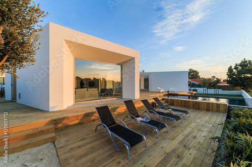 Modern House With Garden Swimming Pool And Wooden Deck Koop Deze Stockfoto En Ontdek Vergelijkbare Foto S Op Adobe Stock Adobe Stock