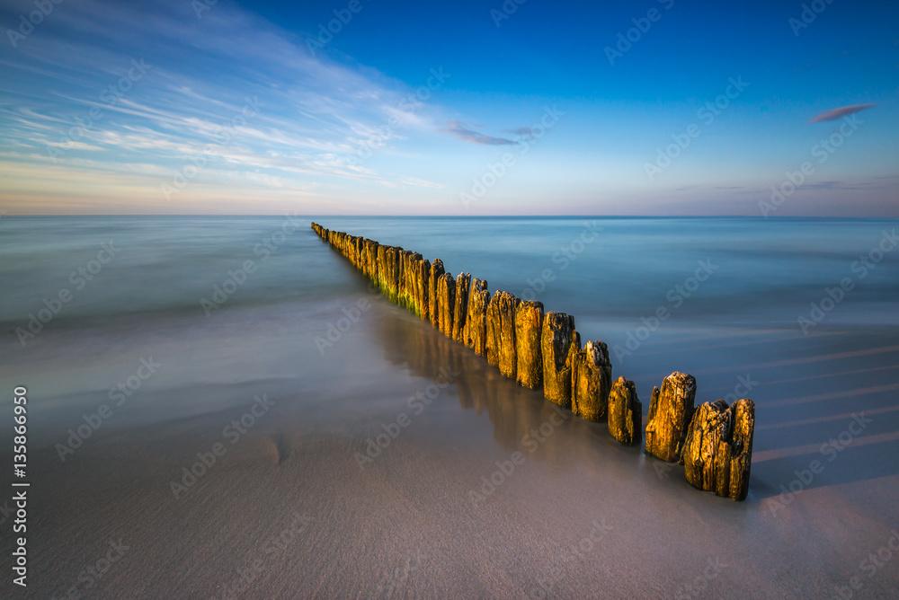 Fototapeta Stary drewniany falochron nad morzem Bałtyckim