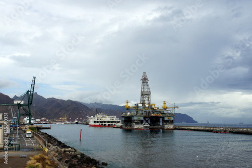 Deurstickers Canarische Eilanden Oil Platform in the port of Tenerife.