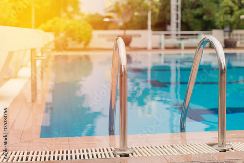 Fotografia swimming pool with stair at sport center