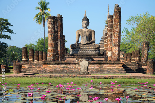 Valokuvatapetti View of a sculpture of the sitting Buddha on ruins of the temple Wat Chana Songkram