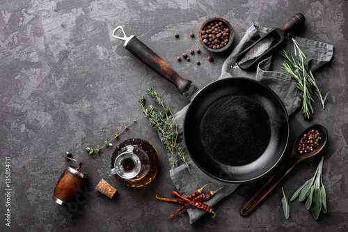 Fotografia dark culinary background with empty black pan and space for text recipe or menu