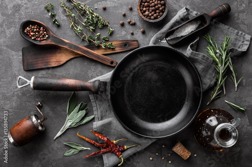 Foto dark culinary background with empty black pan and space for text recipe or menu