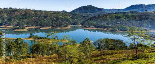 Plakat Panorama Castlereigh rezerwuar i otaczać herbaciane plantacje w sri Lance