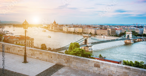 Stickers pour porte Budapest The picturesque landscape of the Parliament and the bridge over