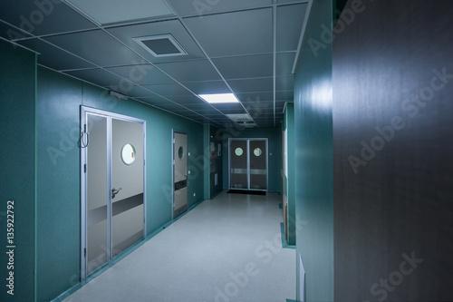 Plakat długi korytarz w szpitalu
