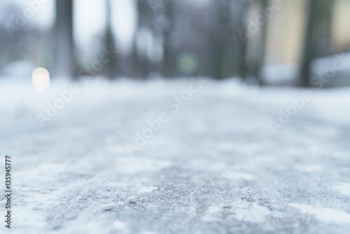 Carta da parati low angle shot of town sidewalk in winter, natural blur