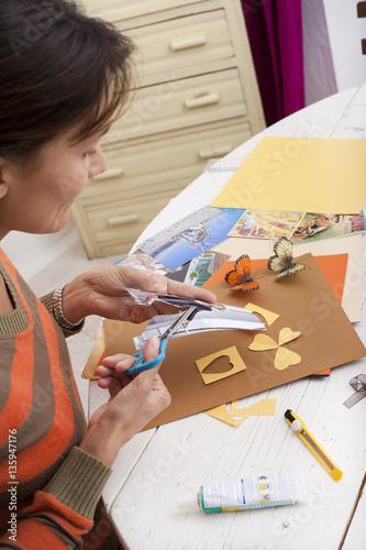 Photo femme faisant du scrapbooking et collage