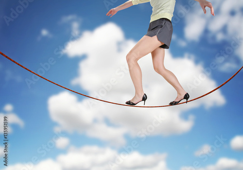 Photo  a woman walking on a tightrope made of string for the concept of risk or danger