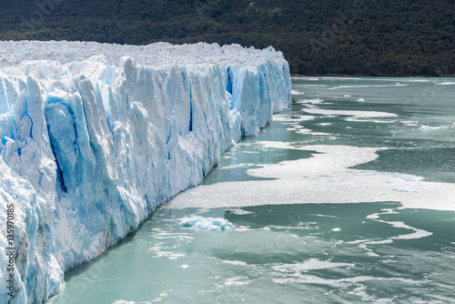 In de dag Gletsjers Perito Moreno Glacier wall on the sun. Los Glaciares National Park. Patagonia, Argentina