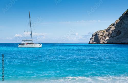 Photographie White catamaran in the Blue Lagoon