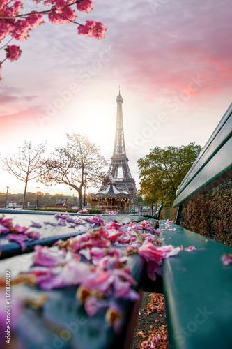 wieza-eiffla-w-czasie-wiosny-w-paryzu-francja