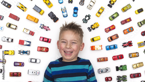 Photo  top view boy with toy cars