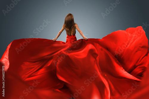 Fotografía Frau mit rotem Abendkleid mit langer Schleppe